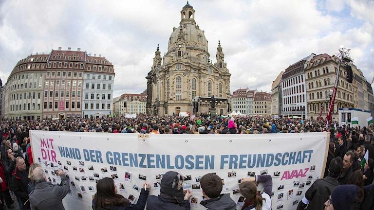 Tiotusentals samlades i Dresden för att demonstrera mot islamfientliga Pegida och för öppenhet och tolerans. Foto: Gero Breloer/TT.