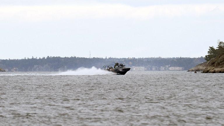 En stridsbåt letar efter en ubåt i Stockholms skärgård. Foto: Pontus Lundahl / TT.