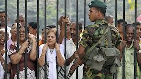 Folk samlades utanför Temple of tooth i staden Kandy, Sri Lanka, för att höra den nya presidenten tala. Foto. Sanka Gayashan/TT.