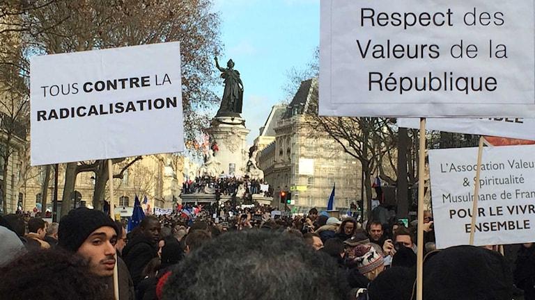 """Hela vägen fram till Place de la Republique är full av människor, från alla möjliga länder och med alla möjliga trosriktningar. På dessa skyltar står det """"Mot radikalisering"""" och """"För respekt för alla republikens värderingar"""". Foto: Margareta Svensson/Sveriges Radio."""