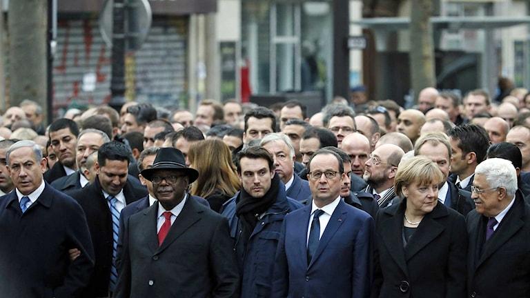 Flera världsledare går med i manifestationståget i Paris. Här syns Netanyahu, Keita, Hollande, Merkel och Abbas. Foto: Patrick Kovarik/TT.