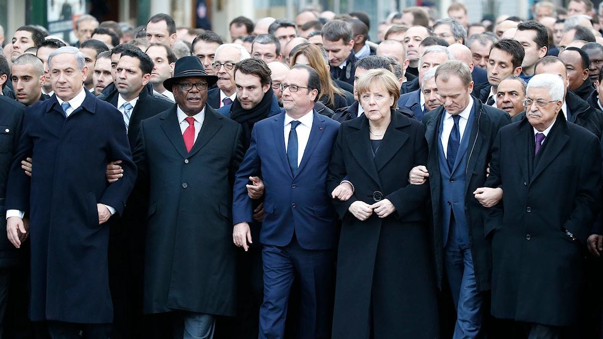 Världsledare i armkrok i manifestation i Paris mot våldet. Foto: Michel Euler/TT.