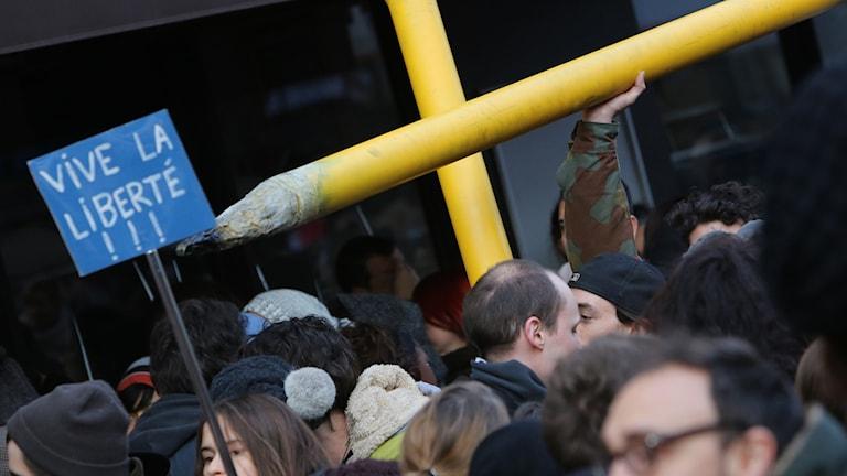 Överdimensionerade pennor som symbol för pressfrihet under manifestationen i Paris. Foto: TT