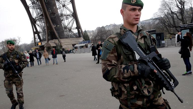 Militärer patrullerar framför Eiffeltornet i Paris. Foto: TT