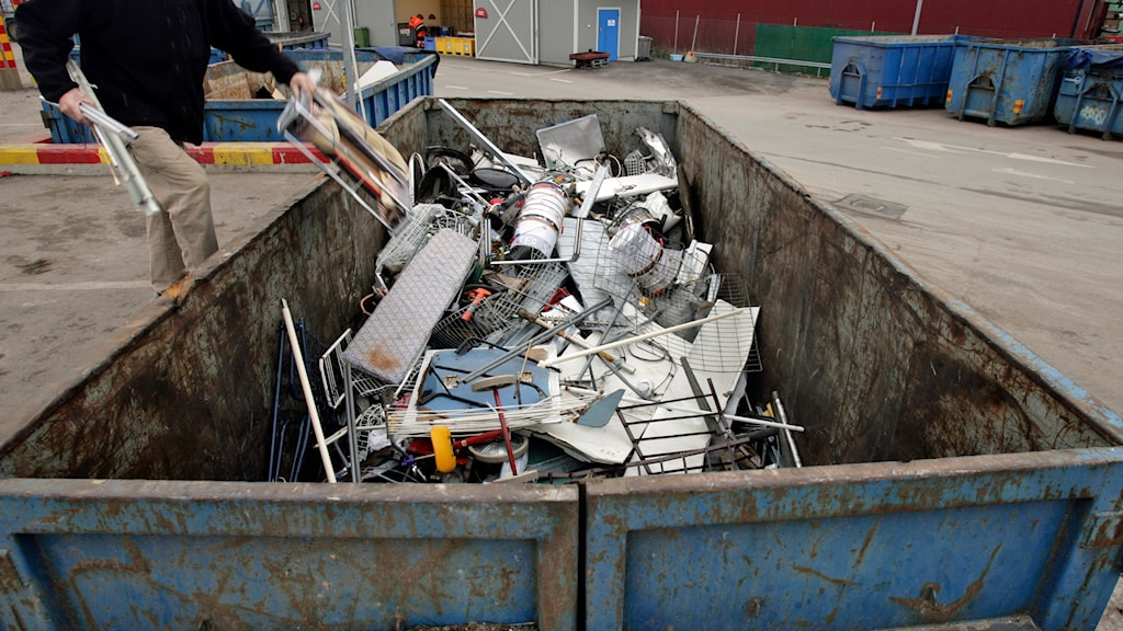 Metallskrot slängs i en container. Foto: Fredrik Sandberg/TT.