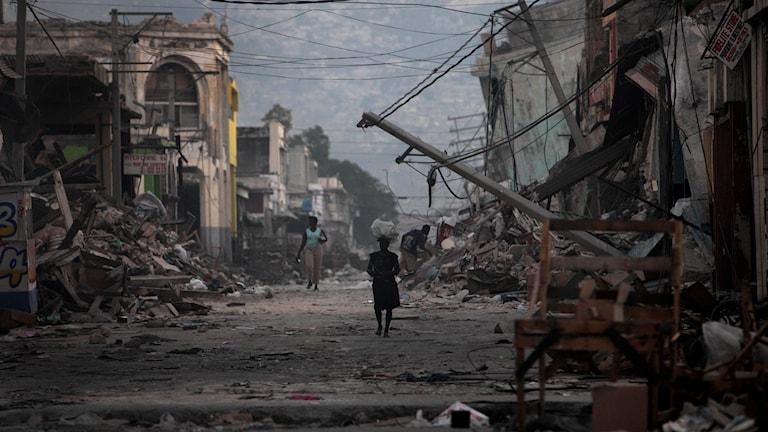 BILD 1:1 Gata i Port au Prince, 2010. Foto: TT / AP Photo / Gregory Bull, Dieu Nalio Chery