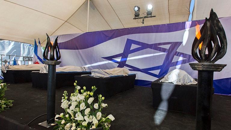 Begravning för de fyra som dödades i terrorattacken mot den judiska butiken. Foto: Jim Hollander/AP.