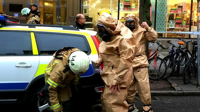 Polis och räddningstjänst på plats utanför det företag i Göteborg som fått brev med pulver i. Foto: P4 Göteborg