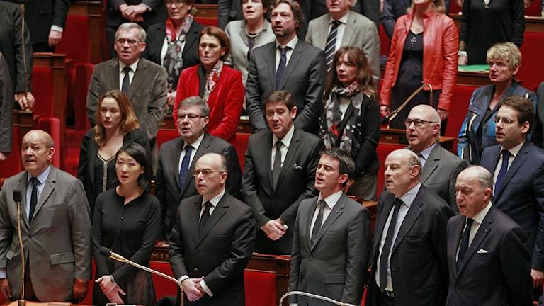 Nationalsången och en tyst minut i det franska parlamentet. Remy de la Mauviniere AP/TT