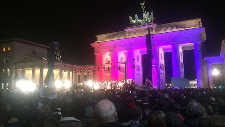 Ett välbesökt Pariser Platz framför Brandenburg Tor. Foto: Daniel Alling/Sveriges Radio.