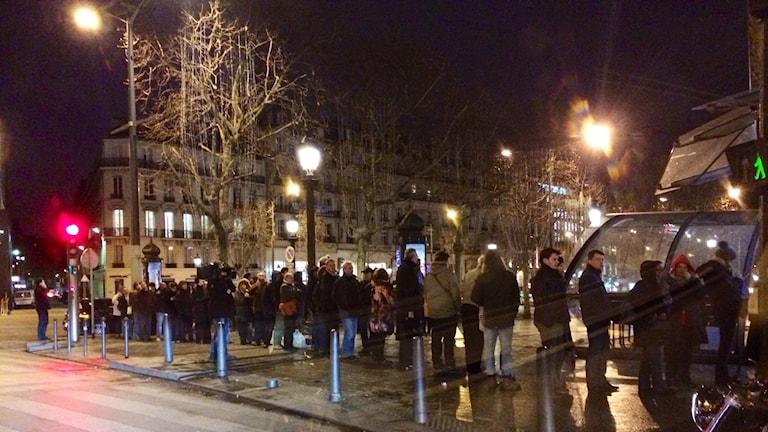 En lång kö till en tidningskiosk i Paris tidigt på morgonen.
