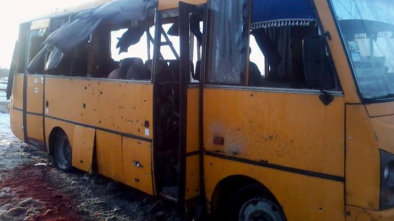 Elva människor dog när bussen träddades av en raket. Foto: AFP/TT