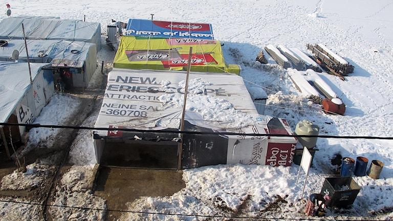 Ett tältläger i Libanon omgivet av snö. Foto: Katja Magnusson/Sveriges Radio.