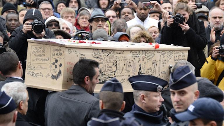 Tignous kista var täckt av teckningar av vänner och kollegor. Foto: BERTRAND GUAY/TT