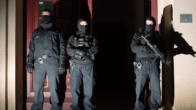 Poliser under razzia i Berlin. Foto: TT/AP