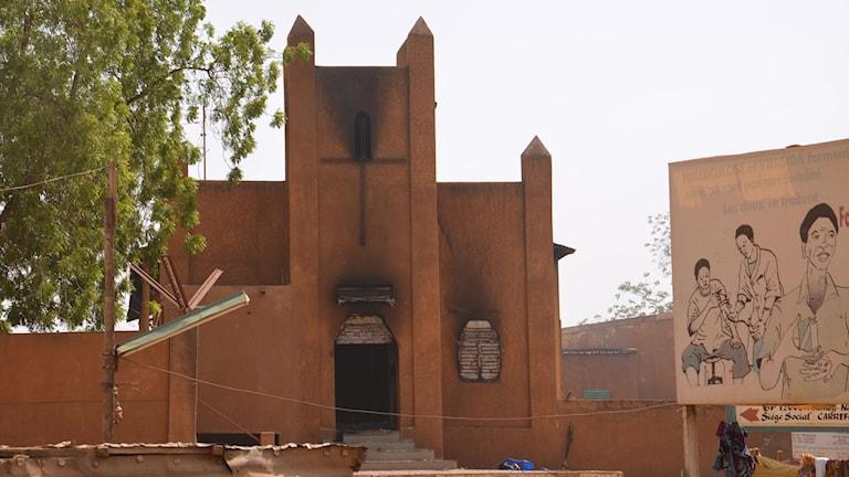 Nedbränd kyrka i Niger i protest mot satirtidningen Charlie Hebdos publicering av karikatyrer av profeten Mohammed. Foto: TT