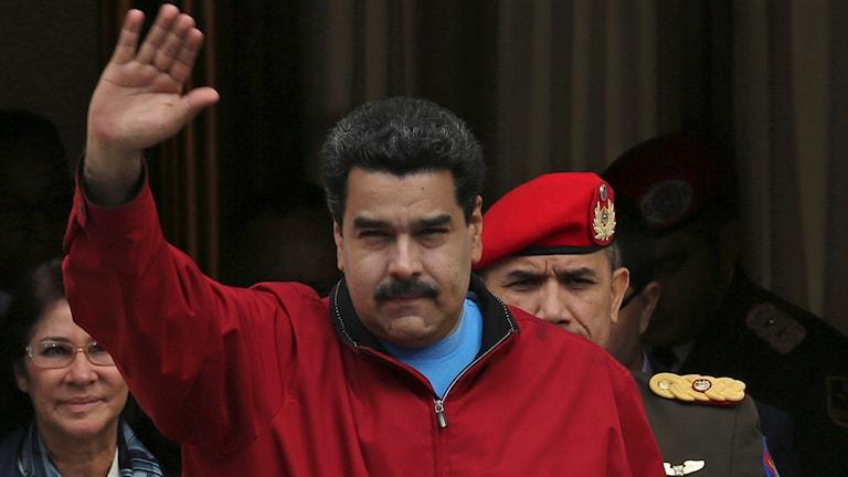 Venezuelas president Nicolas Maduro vinkar.