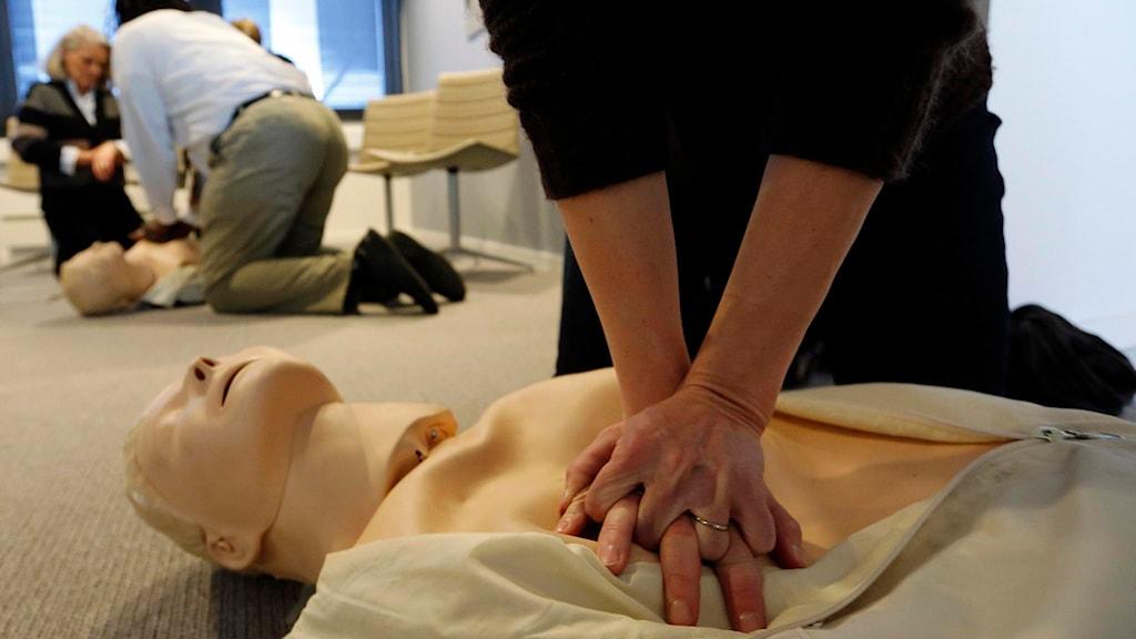 En person gör hjärt-lungräddning på en docka vid en första hjälpen kurs. Foto: Lise Åserud/TT.