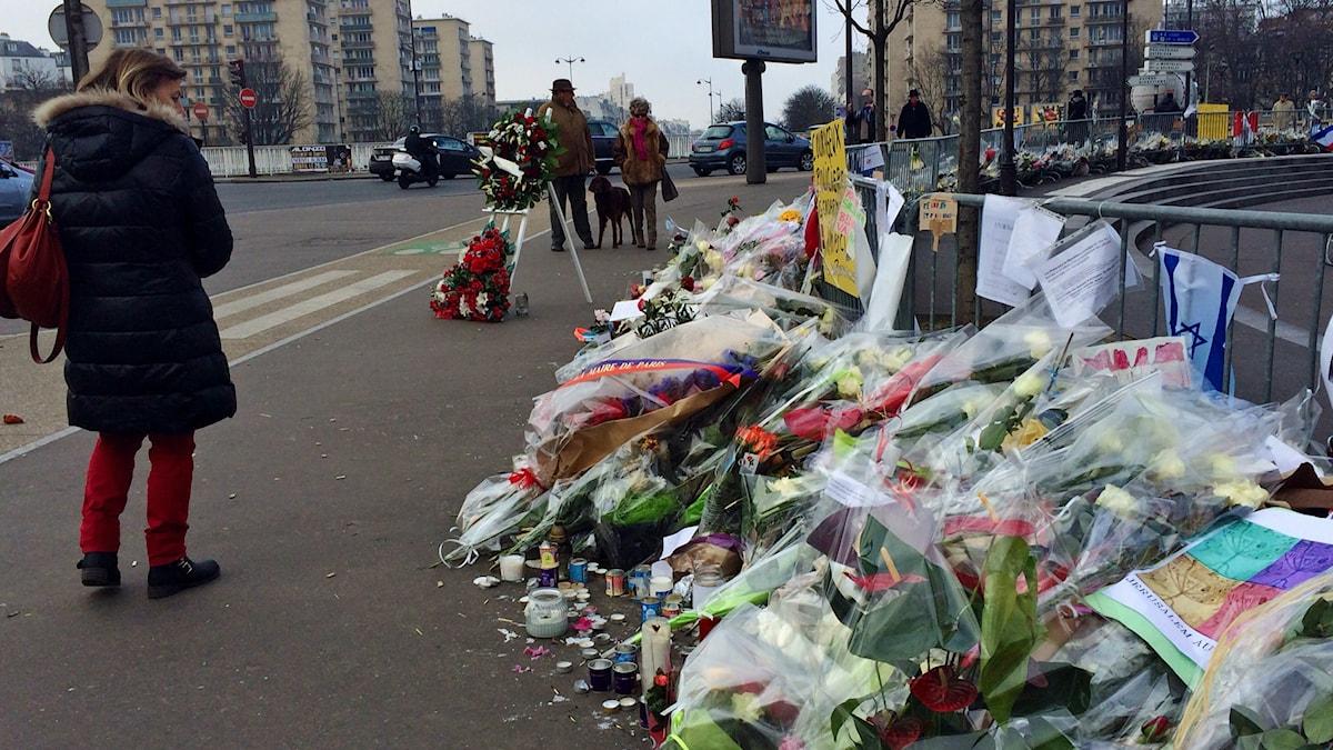 Foto: Många blommor utanför den judiska butiken där terroristen slog till. Foto: Beatrice Janzon/Sveriges Radio.
