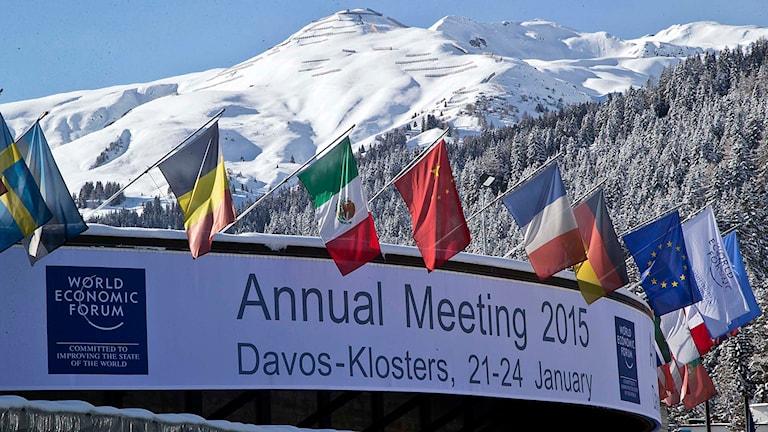 Olika flaggor på taket till kongresshallen där Världekonomiskt forum hålls i Davos, Schweiz. Foto: Michel Euler/TT.