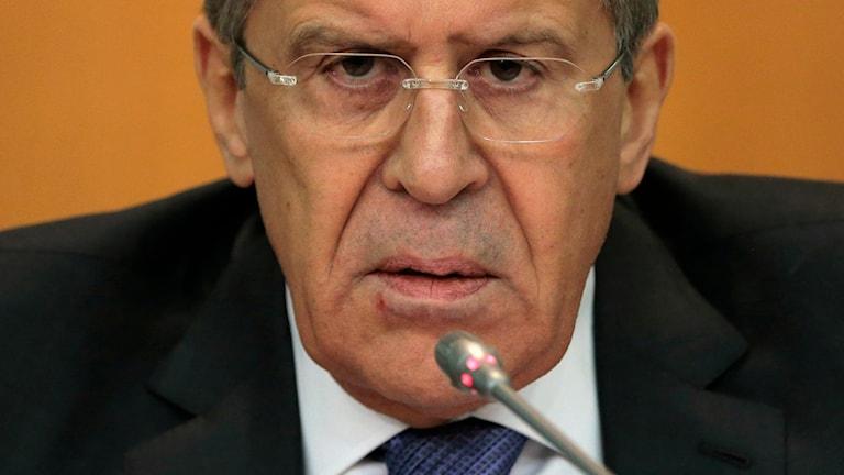 Närbild på Rysslands utrikesminister Sergej Lavrov med rynkad panna