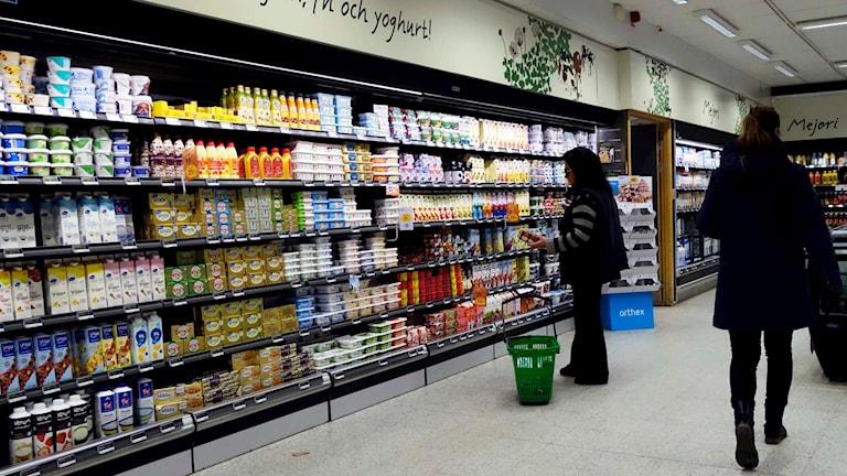 Flera handlare kan komma att höja mjölkpriset och låta pengarna gå oakortat till bönderna. Foto: Hasse Holmberg / TT