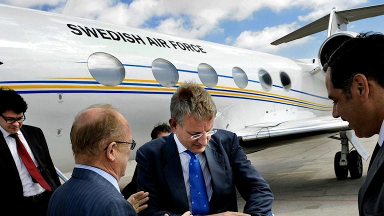 """Carl Bildt framför regeringsplanet med """"Swedish airforce"""" på sidan."""