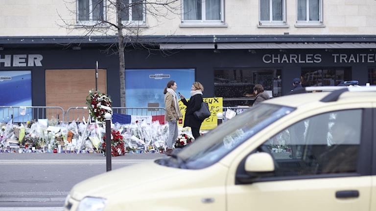 Beatrice Janzon på plats utanför den judiska butiken i Paris. Foto: Andreas Kindler.