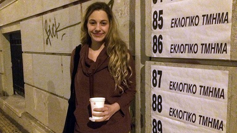 Skådespelerskan Amalia utanför en vallokal i centrala Aten.