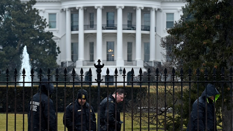 Secret service-personal söker igenom Vita husets trädgård efter att en drönare hittats på gräsmattan.