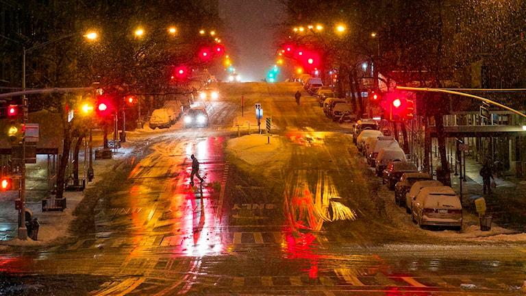 Gatorna i Manhattans Midtown ligger ovanligt tomma när en stor snöstorm drar in över USA:s östkust. Foto: Craig Ruttle/TT.