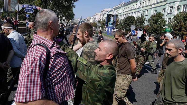 Ukrainska krigsfångar paraderas runt i Donetsk.