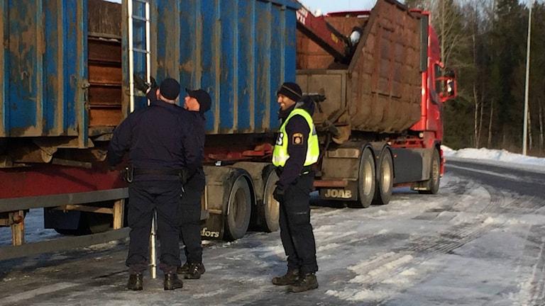 Trafikpolisen i Uppsala kontrollerar lastbilar dagligen. Foto: Mona Hambraeus/Sveriges Radio.