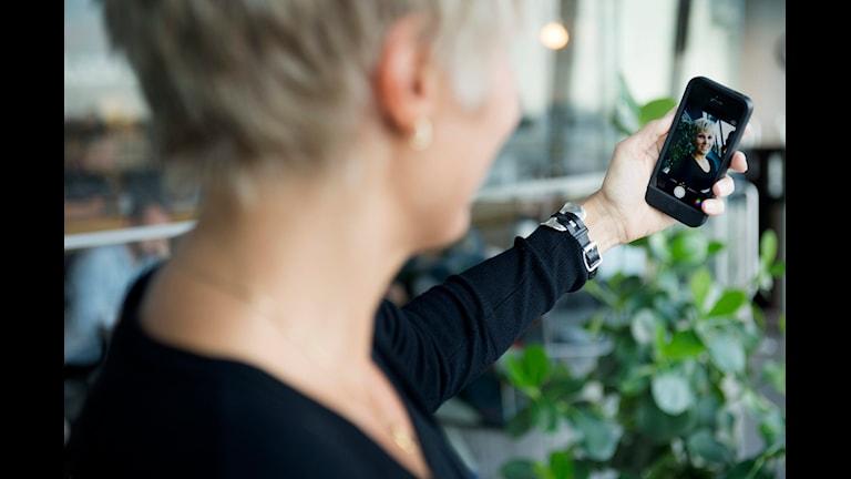 Statusuppdateringar med självporträtt, så kallade selfies, tar tid i många människors vardag. Foto: Jessica Gow/TT.