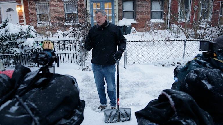 New Yorks borgmästare Bill de Blasio håller fast vid att åtgärderna inför snöstormen var rätt proportionerade. Foto: Seth Wenig/TT.