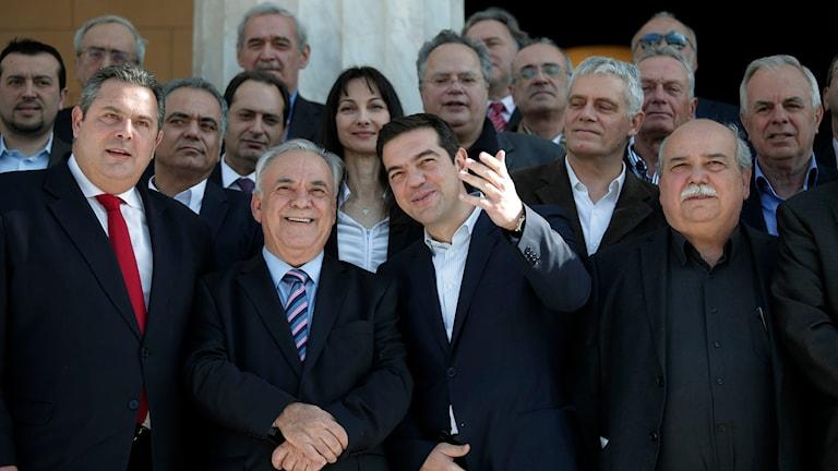 Nya premiärministern Alexis Tsipras ställde upp sig framför kamerorna tillsammans med sina regeringskollegor idag. Foto: Lefteris Pitarakis/TT
