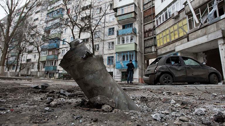 En raket som exploderat i östra Ukraina. Foto: Evgeniy Maloletka/TT.