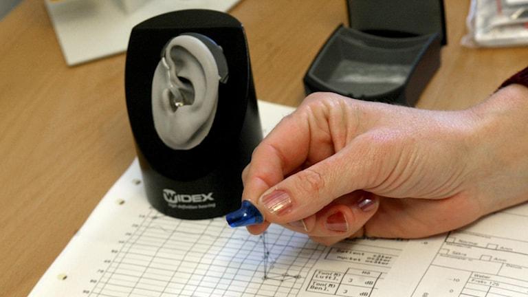 Utprovning av hörapparat. Foto Bertil Ericson/TT.