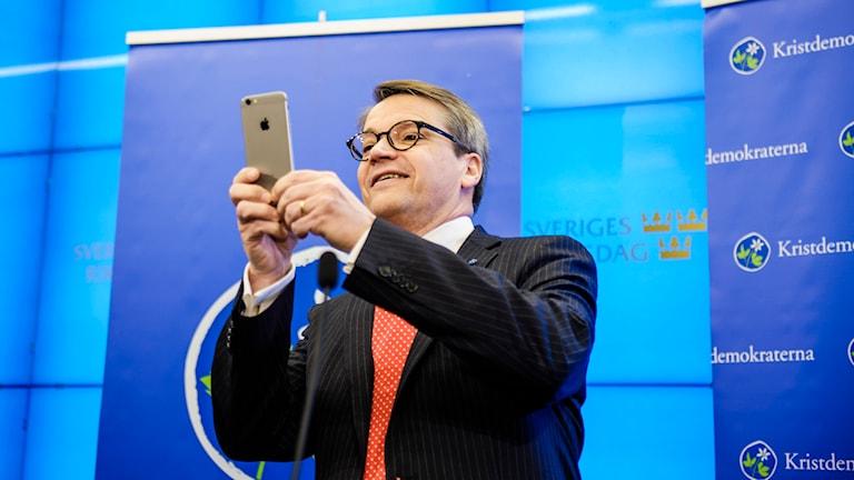 Göran Hägglund fotograferar journalisterna vid sin pressträff. Foto: TT