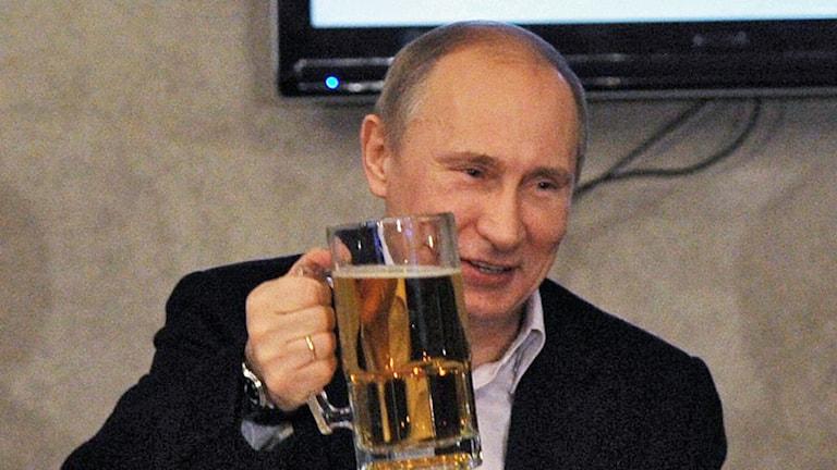 Vladimir Putin avnjuter en öl. Foto: Yana Lapikova/AFP.