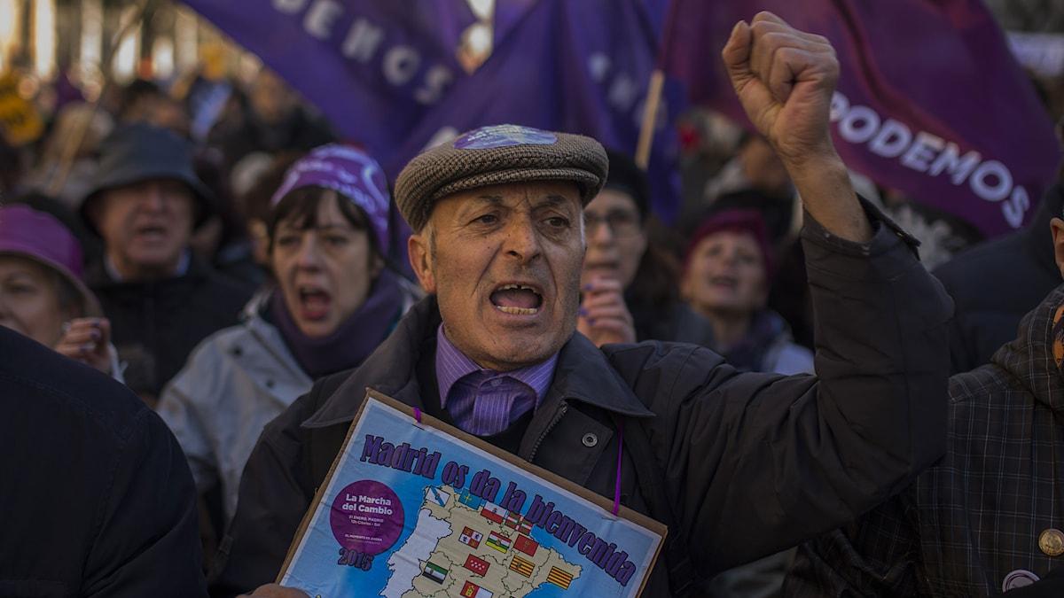 En man ropar slogans under jättedemonstrationen i Madrid på lördagen 31 januari. Foto: Andres Kudacki/TT.