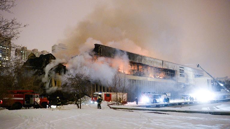 Brandbil bekämpar branden i ett av Rysslands största universitetsbibliotek i Moskva. Över en miljon historiska skrifter gick upp i rök vid en brand. Foto: Alexander Zemlianichenko Jr/TT