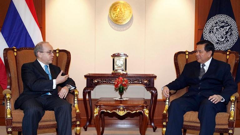 Samtal mellan USA:s sändebud Daniel Russel och Thailands utrikesminister Tanasak Patimapragorn. Foto: Sakchai Lalit/TT