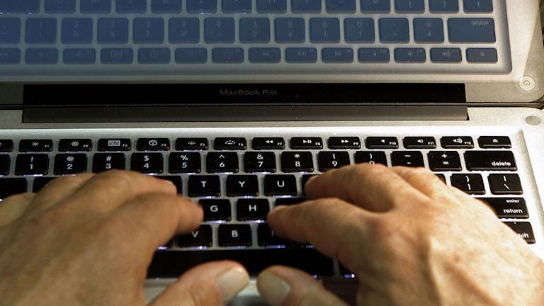 Fingrar på ett tangentbord. Foto: Damian Dovarganes/TT