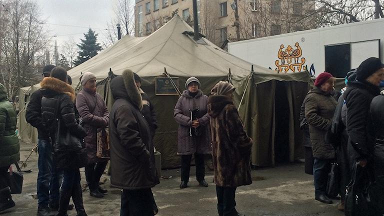 Flyktingar från östra Ukraina utanför UNHCR: värmetält i Dnipropetrovsk. Foto: Johanna Melén/Sveriges Radio.