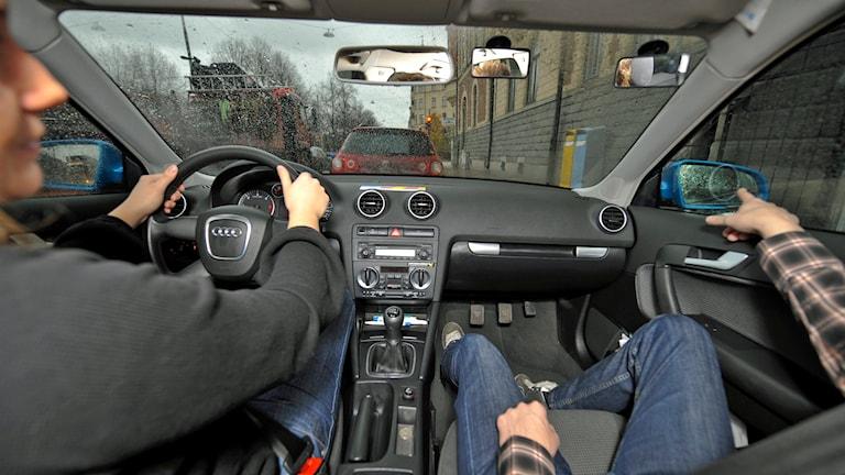 Övningskörning på en trafikskola. Trafikskoleläraren visar vägen. Foto: Bertil Ericson/TT.