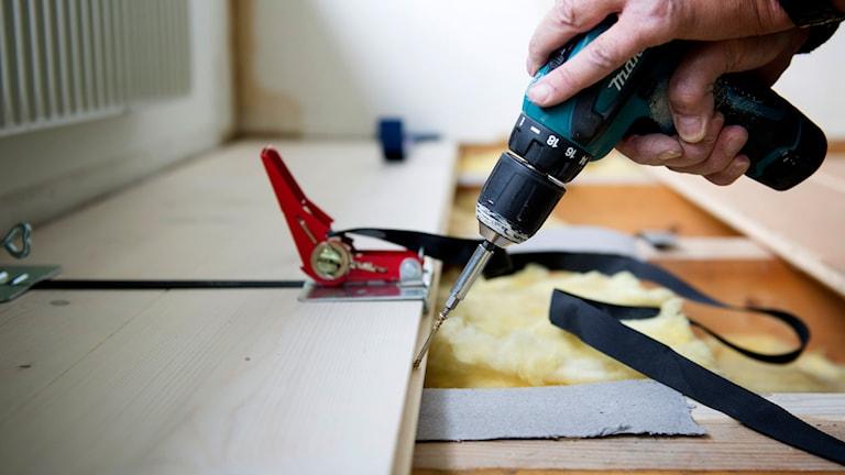 Hantverkare lägger golv. Foto: Fredrik Sanberg / TT