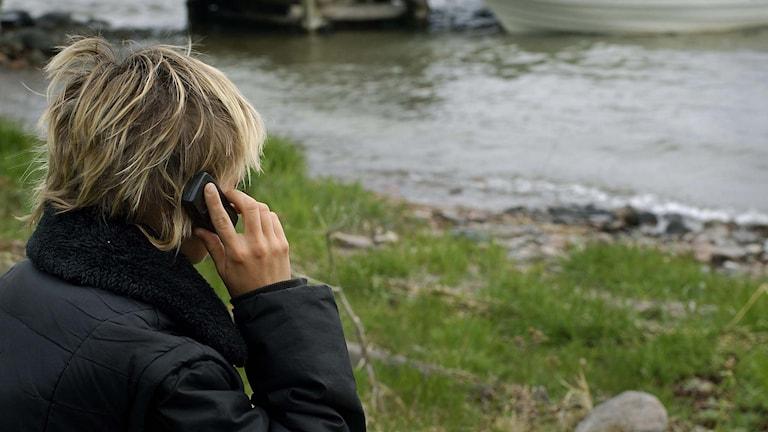 En ung kvinna talar i mobiltelefon. Foto: Hasse Holmberg/TT.