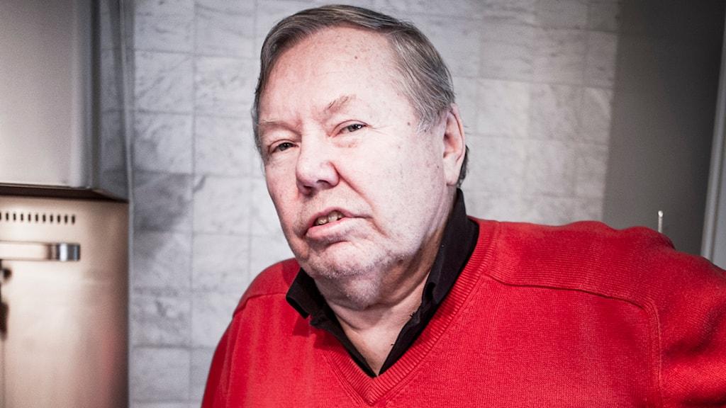 Bert Karlsson i en röd tröja.