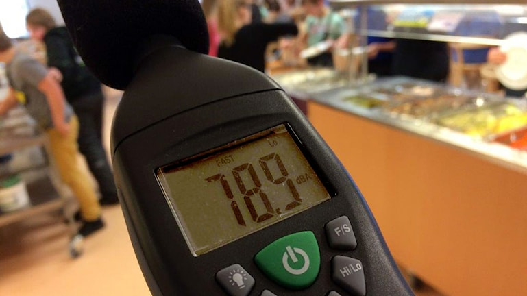 Decibelmätare i lunchmatsal visar siffrorna 78,9. Foto: Christian Höijer/Sveriges Radio.